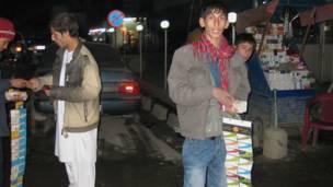افغانستان کې ګرځنده تیلې فونونو هرې کورنۍ ته لاره ومونده. دا مهال د کابل په هره کوڅه او غرفه کې د ګرځند تیلې فون کریډیټ کارتونه  پلورل کېږي.