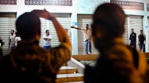 Discussão entre moradores e soldados (Bruno Itan)