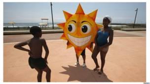Дети и активисты на пляже Дурбана