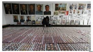 Выставка значков с лицом Мао Цзэдуна