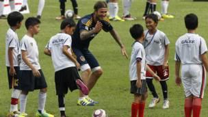 وأدى نجم كرة القدم العالمي بعض الحركات الطريفة امام الأطفال في ملعب بونغ كارنو في جاكارتا