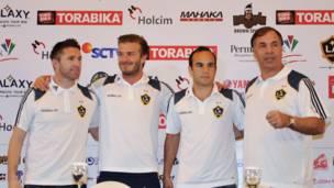 """صورة تذكارية لبيكهام وعدد من زملائه مع بروس ارينا مدرب فريق """"لوس انجيلز غالاكسي"""" (يمين)"""