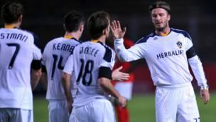 بيكهام يحتفل مع زملائه بعد احراز هدف خلال اللقاء الودي مع منتخب نجوم اندونيسيا