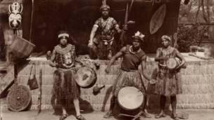 Tribo Nyambi é exibida no jardim zoológio da Acclimation de Paris, em 1937. Foto: grupo de Pesquisas Achac, coleção particular