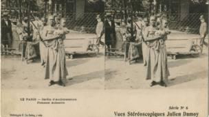 Mulher da etnia Achanti, de Gana, em exposição no zoológico da Acclimation de Paris, em 1903. Foto: grupo de pesquisas Achac, coleção particular
