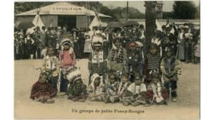 Cartão postal colorido com a inscrição 'um pequeno grupo de peles vermelhas', exibidos em uma exposição de índios em 1911. Foto: Grupo de Pesquisas Achac, Coleção Particular