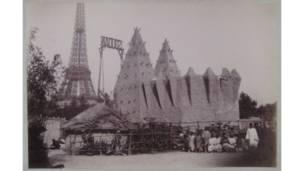 Exibição no Champs de Mars, em Paris, em 1895, de 350 pessoas senegalesas e sudanesas.  Foto: Joannès Barbier, Museu do Quai Branly