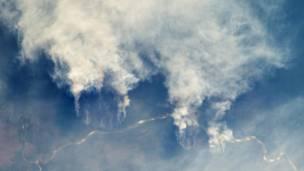 Queimadas no Xingu – Altas nuvens de fumaça indicam focos de incêndio na floresta amazônica ao longo do rio Xingu, no estado do Mato Grosso.