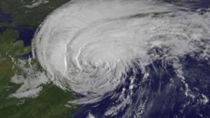 Furacão Irene – A imagem do satélite mostra o furacão Irene, em formato de redemoinho, apenas 28 minutos antes de a tormenta atingir Nova York, em agosto de 2011.
