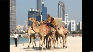 Адриан Хейс на фоне небоскребов Абу-Даби
