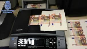 Принтер и фальшивые банкноты, которые печатались на этом принтере
