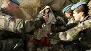 Статуя Богоматери в руках французских солдат в Ливане
