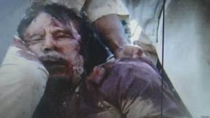 Муаммар Каддафи во время пленения. Кадр мобильного телефона