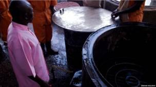 Preso observa o funcionamento da cozinha movida a biogás. Foto: Graham Holliday
