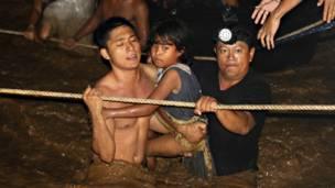 Спасатели работают с пострадавшими на Филиппинах