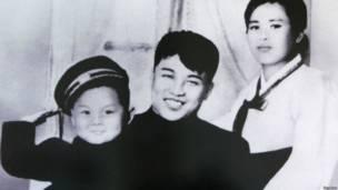 Kim Jong-il cùng cha và mẹ, bà Kim Jong-suk