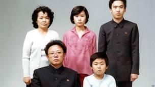 Bức ảnh gia đình hiếm hoi của Kim Jong-il vào năm 1981