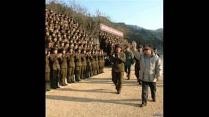 Kim Jong-il đến thăm một đơn vị quân đội vào năm 2007
