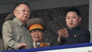 Kim Jong-il và con trai út Kim Jong-un, người được tin sẽ kế vị ông