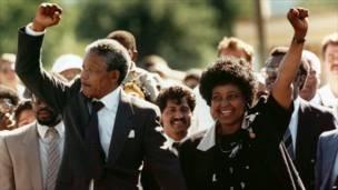11 फ़रबरी, 1990 को जेल से बाहर आते मंडेला