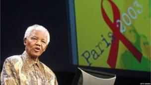 Mandela oo ka hadlaya 14-kii July 2003 magaalada Paris maalintii labaad ee shir AIDS-ka oo afar maalmood socday (Sawir: Getty Images)