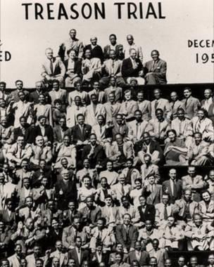 नेल्सन मंडेला और अन्य जिनके ऊपर 1956 में राजद्रोह का मुकदमा चला. (फ़ोटो - एपी)