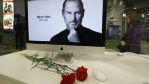 Портрет Стива Джобса на экране компьютера Apple