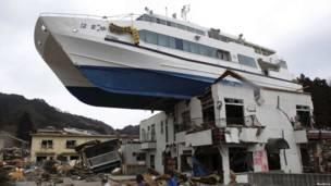 Корабль заброшенный волной на крышу дома
