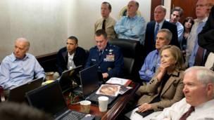 В специальной комнате в Белом доме, высокопоставленные члены администрации США следят за спецоперацией в Пакистане
