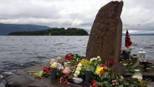 Цветы в память о погибших на острове Утойа