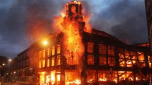 Горящее здание исторического центра Тоттенхэма