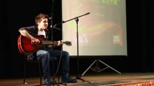 来自伦敦亚非学院的Max为观众献上中英歌曲大串烧