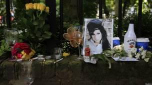 Цветы в память Эми Уайнхаус