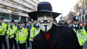 Демонстрант в маске