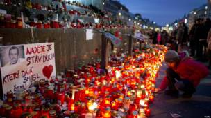 Свечи, зажженные в память о Вацлаве Гавеле