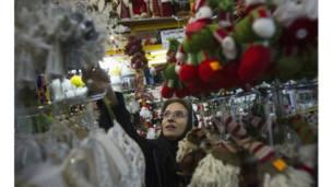 د تهران په خرڅلاو ځایونو کې یوه ښځه د کریسمس د ښکلا توکي رانیسي.