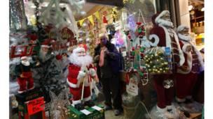 په استانبول کې د یوه خرڅلاو څښتن د کریسمس له شپې پخېدو وړاندې د وروستیو مشتریانو په تمه دی.