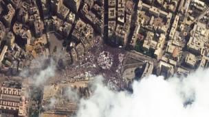 د مصر پلازمېنې قاهرې په تحریر څلور لارې کې په تېره فبرورۍ کې له فضا اخیستل شوی انځور. په تحریر څلور لارې کې لاریون کوونکو خېمې وهلې وې، چې په پای کې حسني مبارک استعفی ورکولو ته اړ شو.