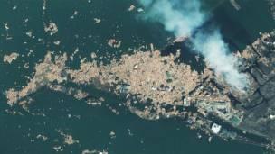 د جاپان نټوري ښار دغه انځور د مارچ پر ۱۲مه له فضا څخه اخیستل شوی، د مارچ پر ۱۱مه څونامي څپو سخت زیانونه واړول.