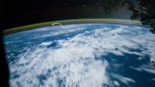 د جون پر ۲۱مه، له نړیوالې فضايي اډې څخه ځمکې ته د اټلانټس د راکوزېدو عکس.