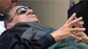 Хосни Мубарака доставили к зданию суда в Каире