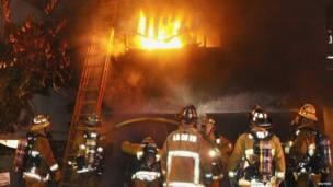 Пожарные тушат машины