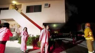 Напуганные жители Лос-Анджелеса в халатах