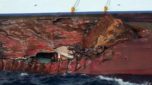 Следы камней видны в трещине корпуса корабля