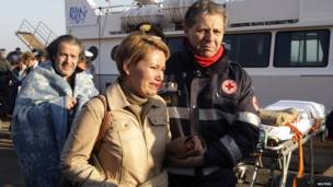 Сотрудники скорой помощи принимают спасенных пассажиров