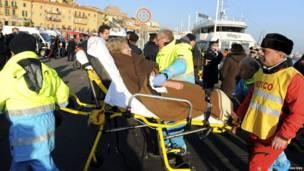 Раненных пассажиров увозят врачи скорой помощи