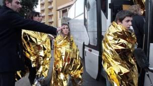 Спасенных пассажиров сажают на автобус
