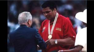 """Мохаммед Али в Атланте получает """"почетную"""" золотую медаль Олимпийских игр"""