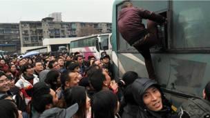 Пассажиры штурмом берут автобус