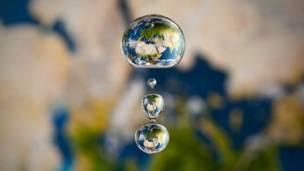 Капля с отражением Земли